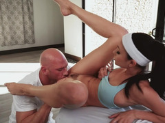 Sporty Ariana Marie blows and bangs the massage therapist