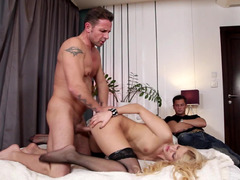 New fucker demonstrates cuckold how to please his beauty