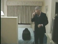 Dos amigos maduros heteros en un hotel