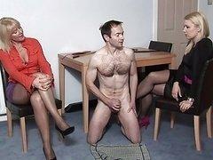 2 femmes en mini-jupes admirent la branlette FRENCH