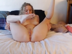 U.s. blonde beauty plays on cam