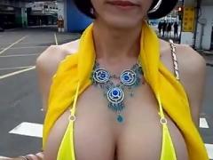 Mujer se graba sus lindos pechos en plena calle