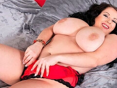 Good BBW brunette Agnes Poulin stimulates her hungry pussy