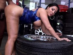 Milf undresses in the garage so the mechanic could stick it inside