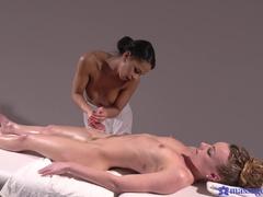Lesbische Öl Massage Flotter Dreier