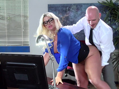 A huge butt milf is getting her sexy butt worshiped on the desk