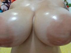 Brunette plantureuse aux seins naturels