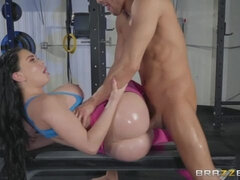 Sporty babe with apple bottom Brooke Beretta fucks in the gym